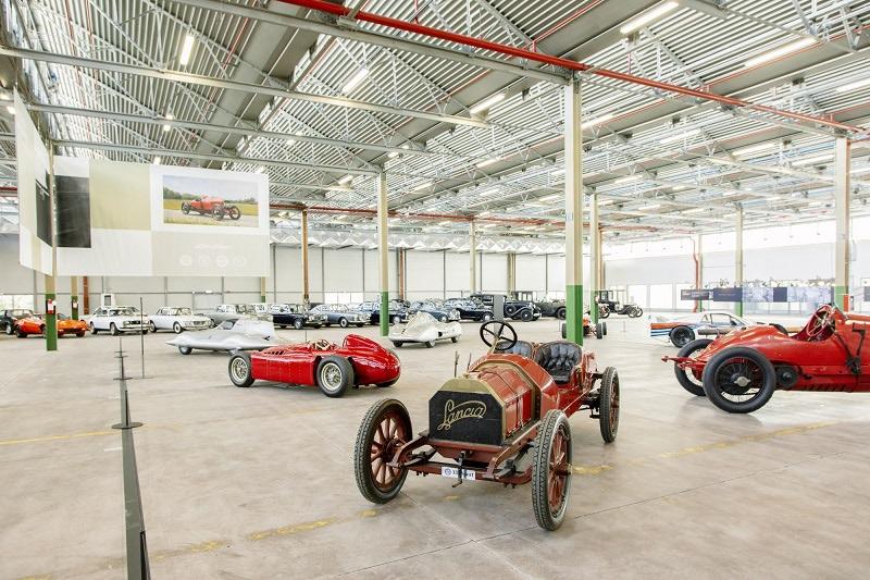 歴史を象徴する250台以上のイタリア車を展示する「ハブ」が
